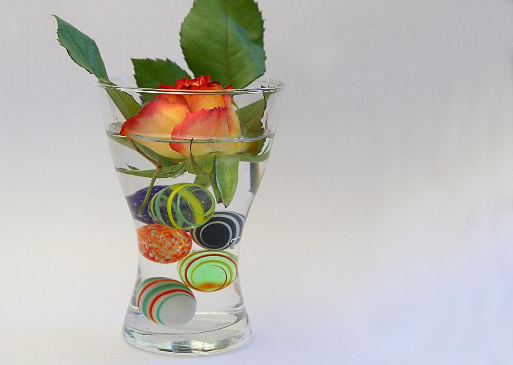 Blumenvase mit Murmeln
