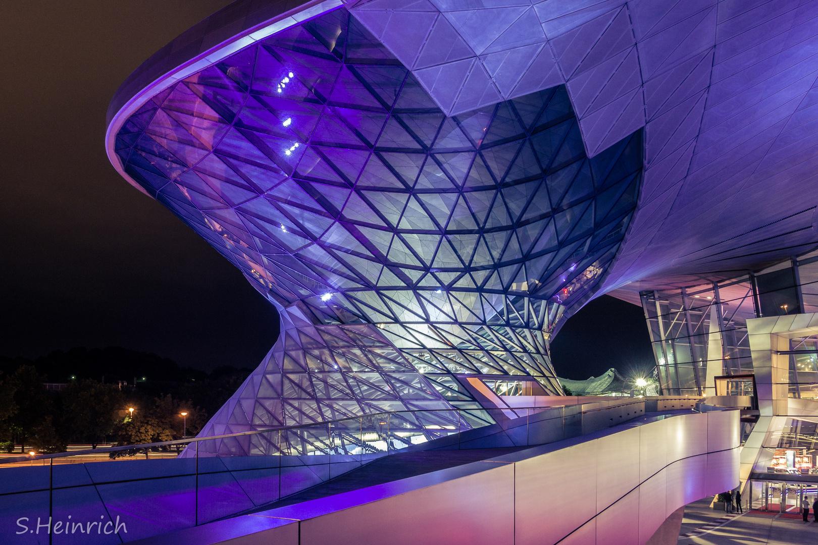 BMW Museum in München bei Nacht