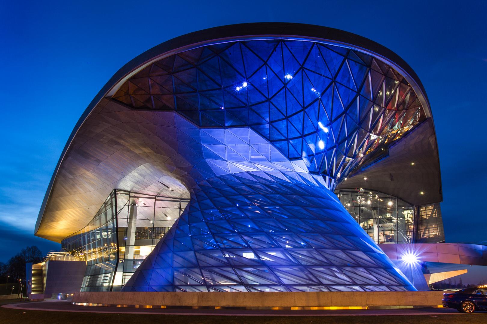 BMW Welt bei Nacht - Spiel der Formen und Farben 6