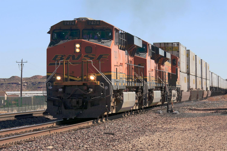 """""""BNSF #7474 ES44DC in Front mit 2 weiteren Loks ziehen einen Container Zug"""""""