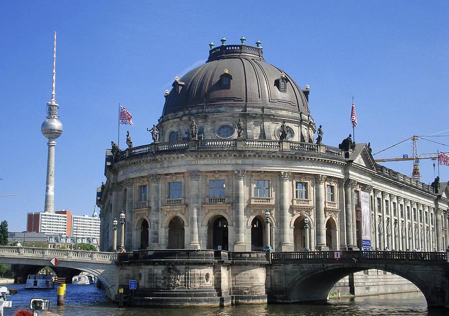 """Bode-Museum et Fernsehturm depuis un bateau """"à touristes"""""""