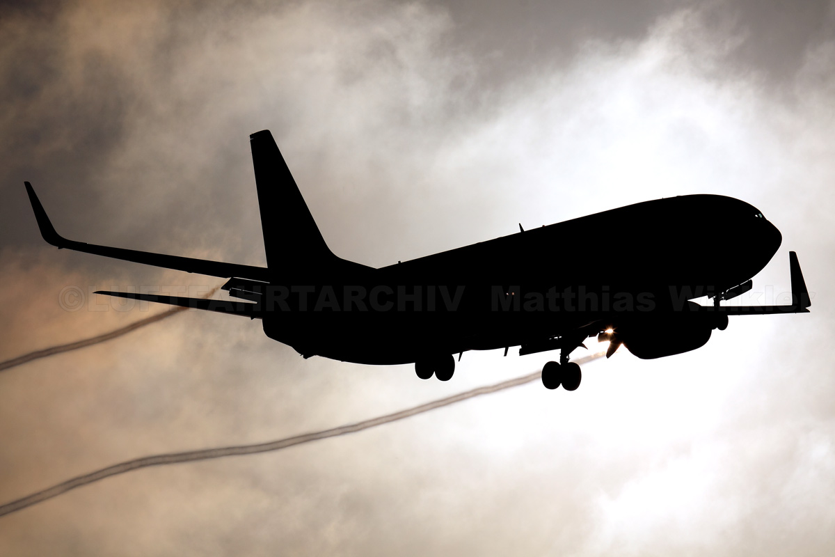 Boeing 737-800 voll im Gegenlicht
