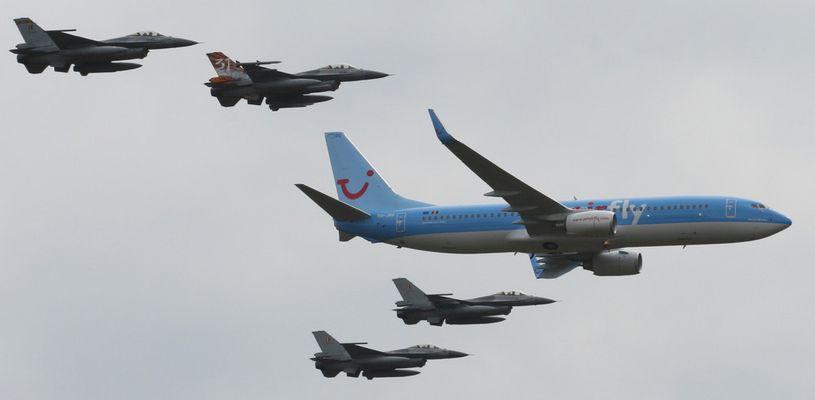 Boeing 737 und 4 * F-16