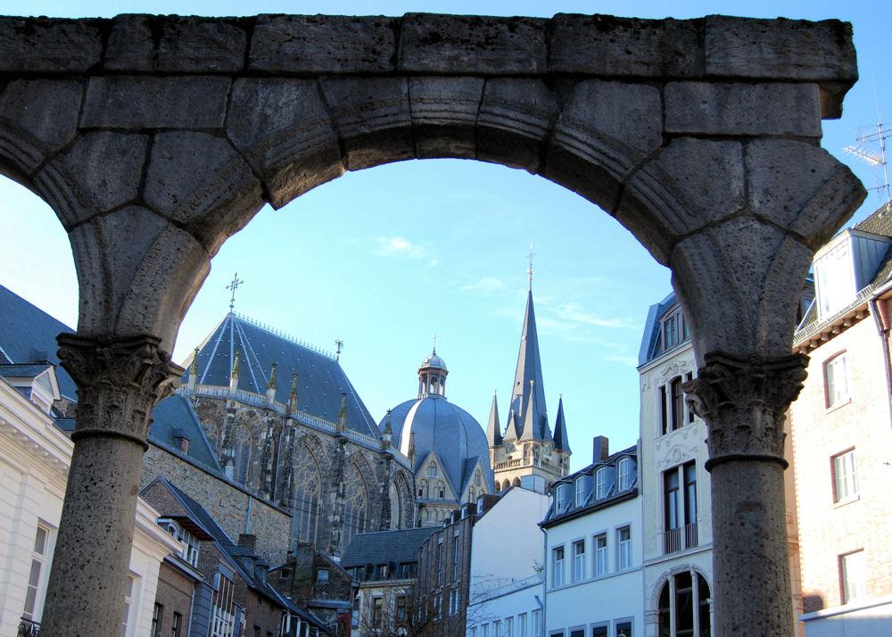 Bogen, Kuppel, und Turm in Aachen