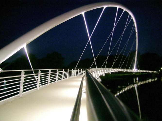Bogenbrücke, in der Nacht noch schöner
