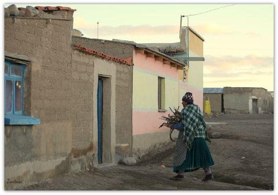 BOLIVIA - Una calle al amanecer