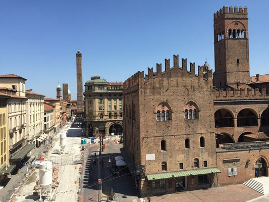 Bologna via Rizzoli, due torri
