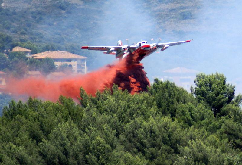 bombardier d'eau en action sur la côte d'Azur