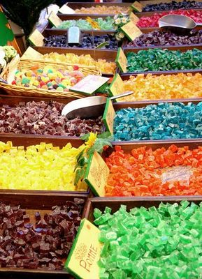 Bonbons und Fruchtgummis in allen Farben
