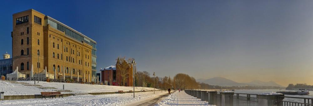 Bonner Bogen, Bonn, Schneepracht am Rhein mit Siebengebirge