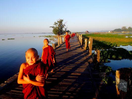 Bonzes sur le pont U Bein à Mandalay