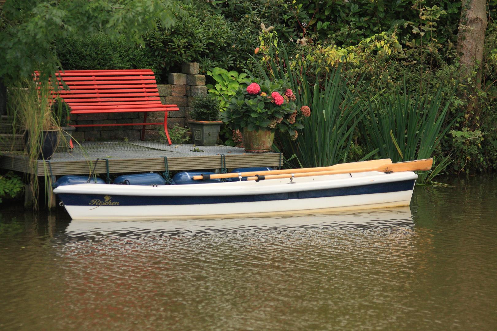 Boot am Wasser im Spätsommer