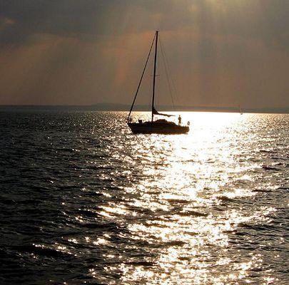 Boot im Gegenlicht