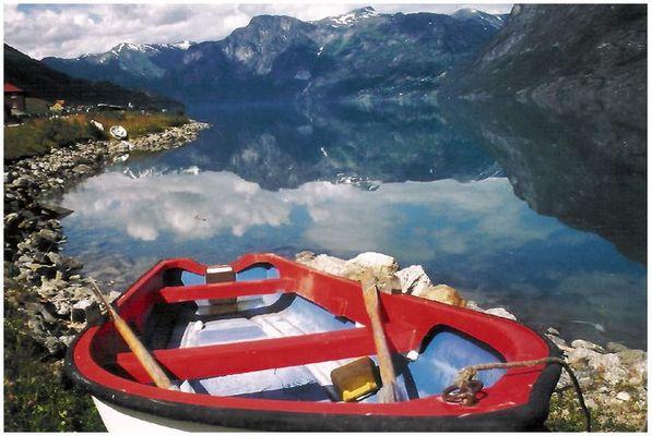 Boot mit Blick auf den Strynsvatn, Norwegen