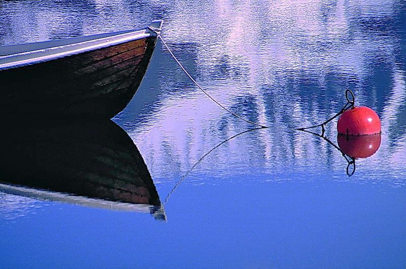 Boot mit Boje in einem Norwegischen Fjord...