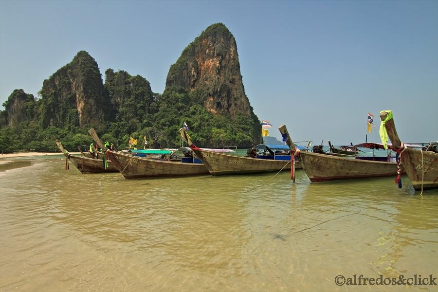 Boote am Strand von Railay Bay