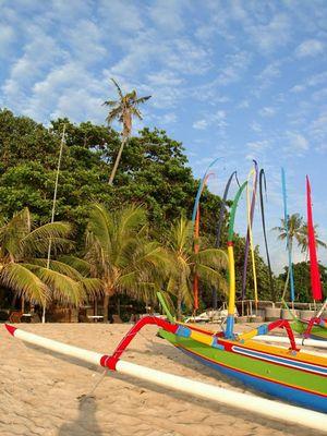 Boote am Strand von Sanur auf Bali