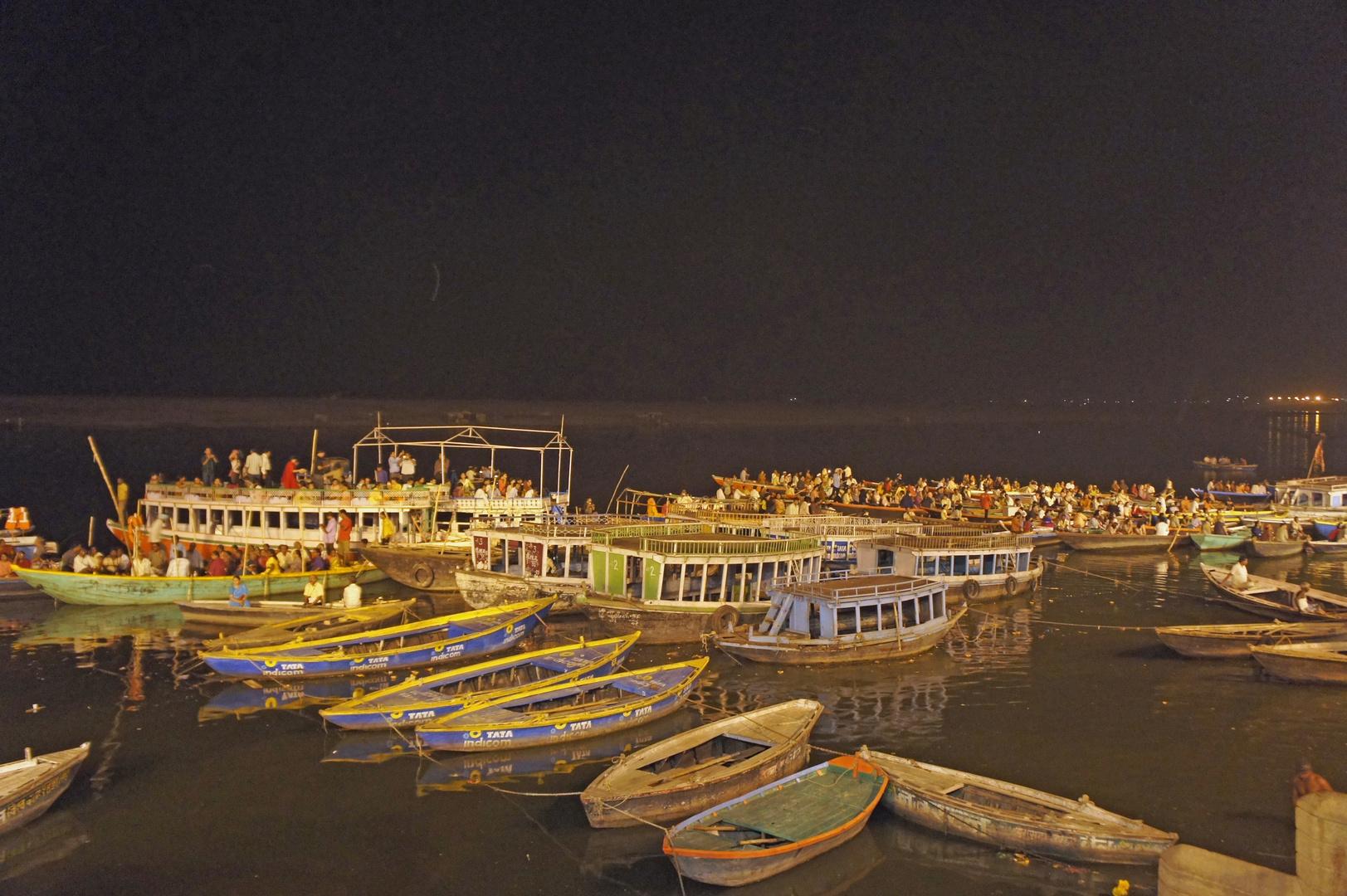 Boote auf dem Gange in Varanasi