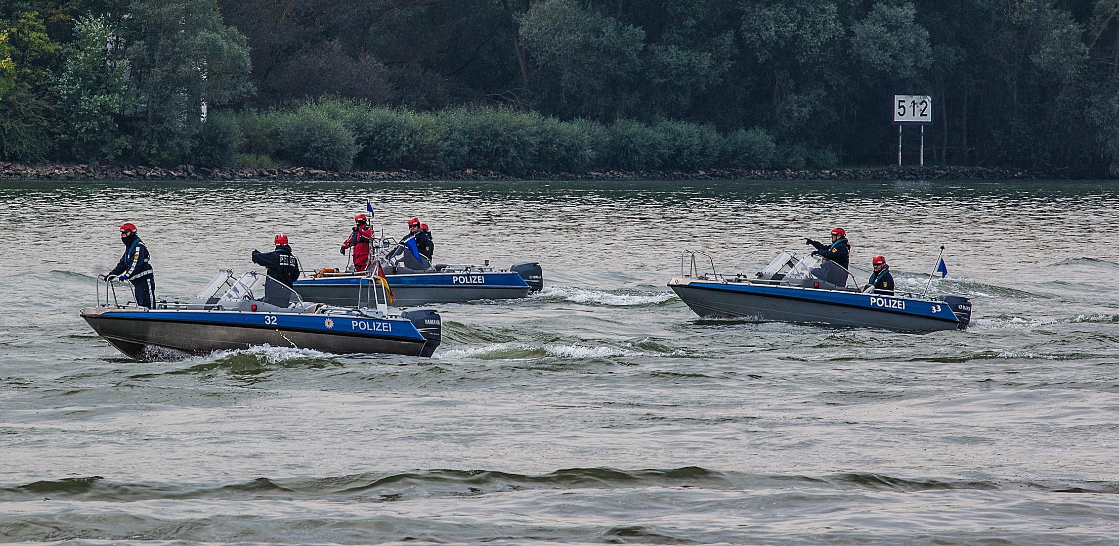 Boote der Wasserschutzpolizei ..