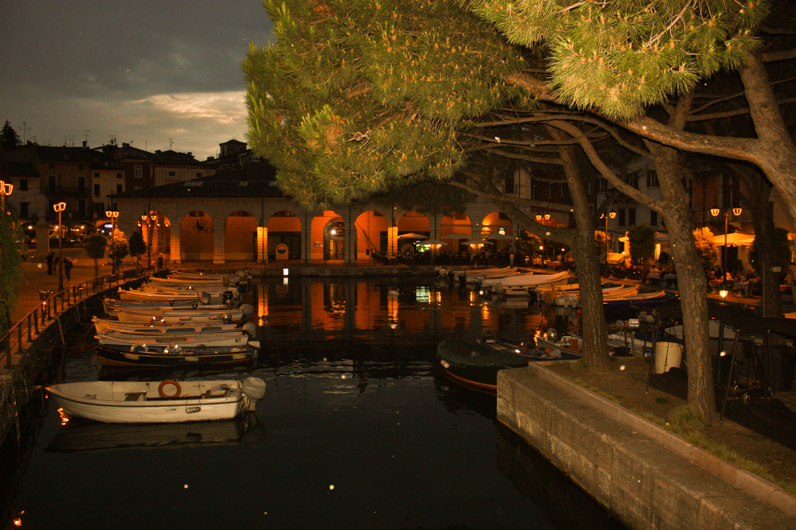 Boote im Hafen von Desenzano bei Nacht