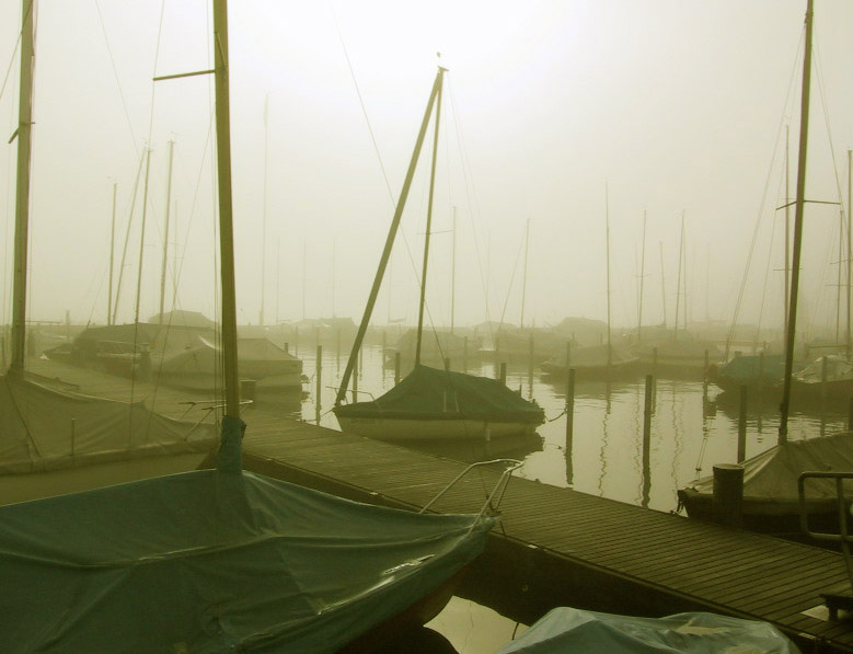Boote im Morgennebel