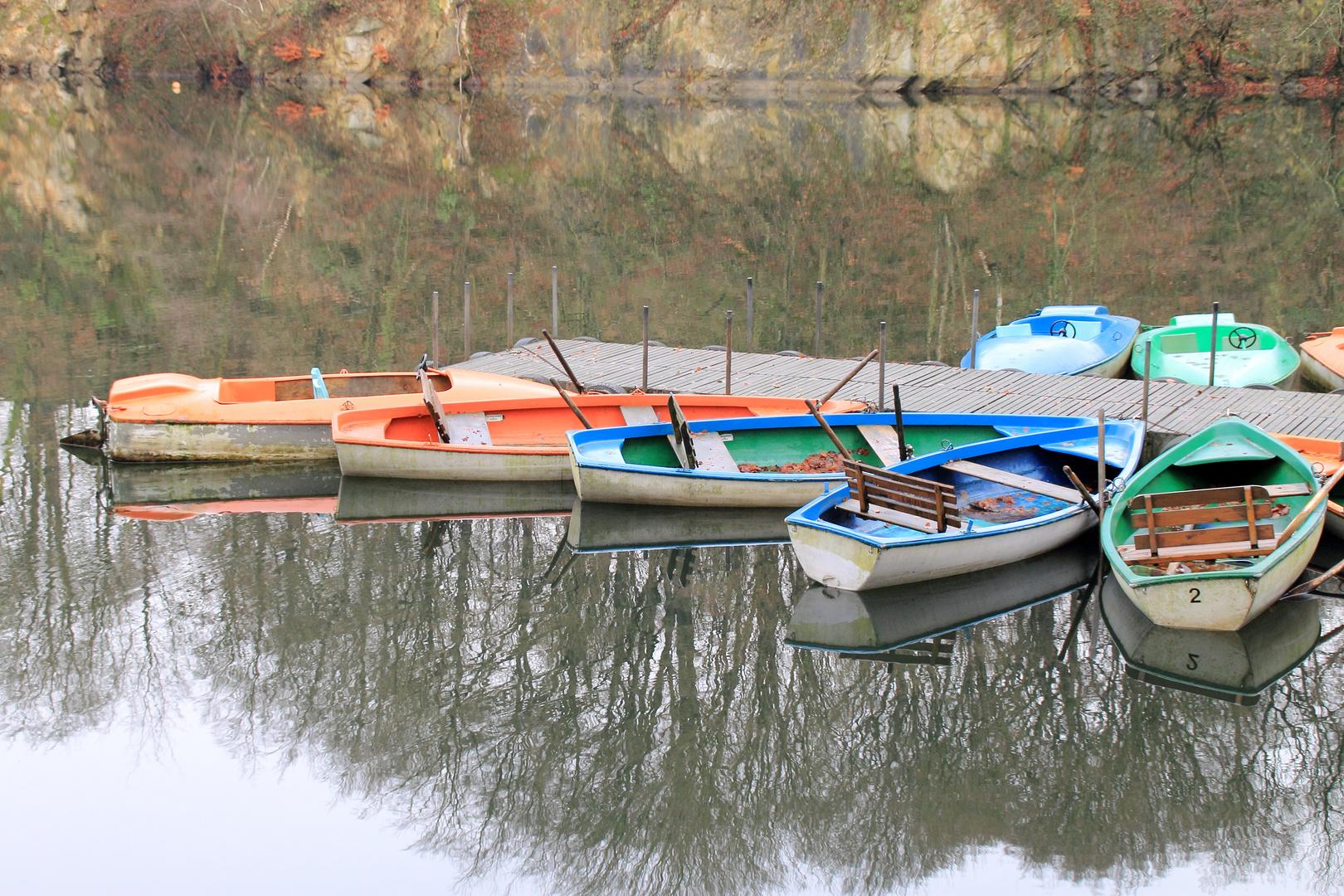 Boote im Winterschlaf am Blauen See