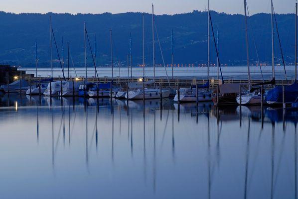 Boote zur blauen Stunde