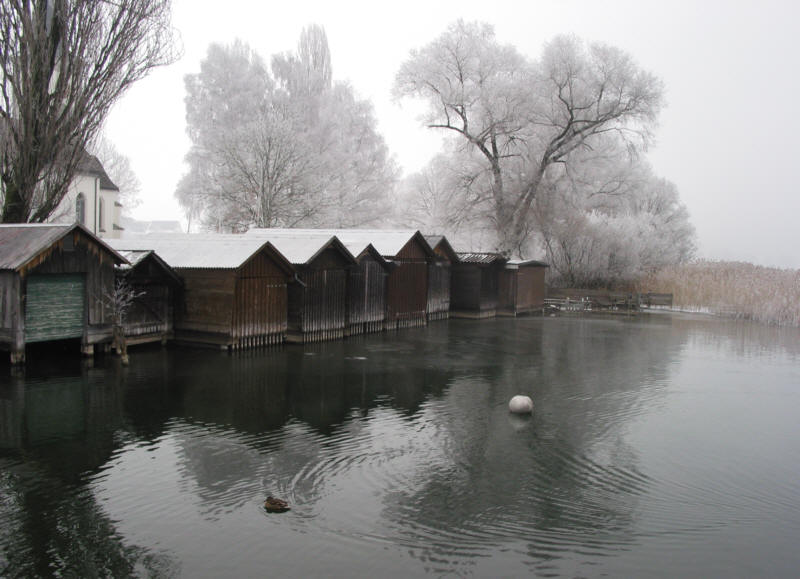 Bootshäuser im Nebel