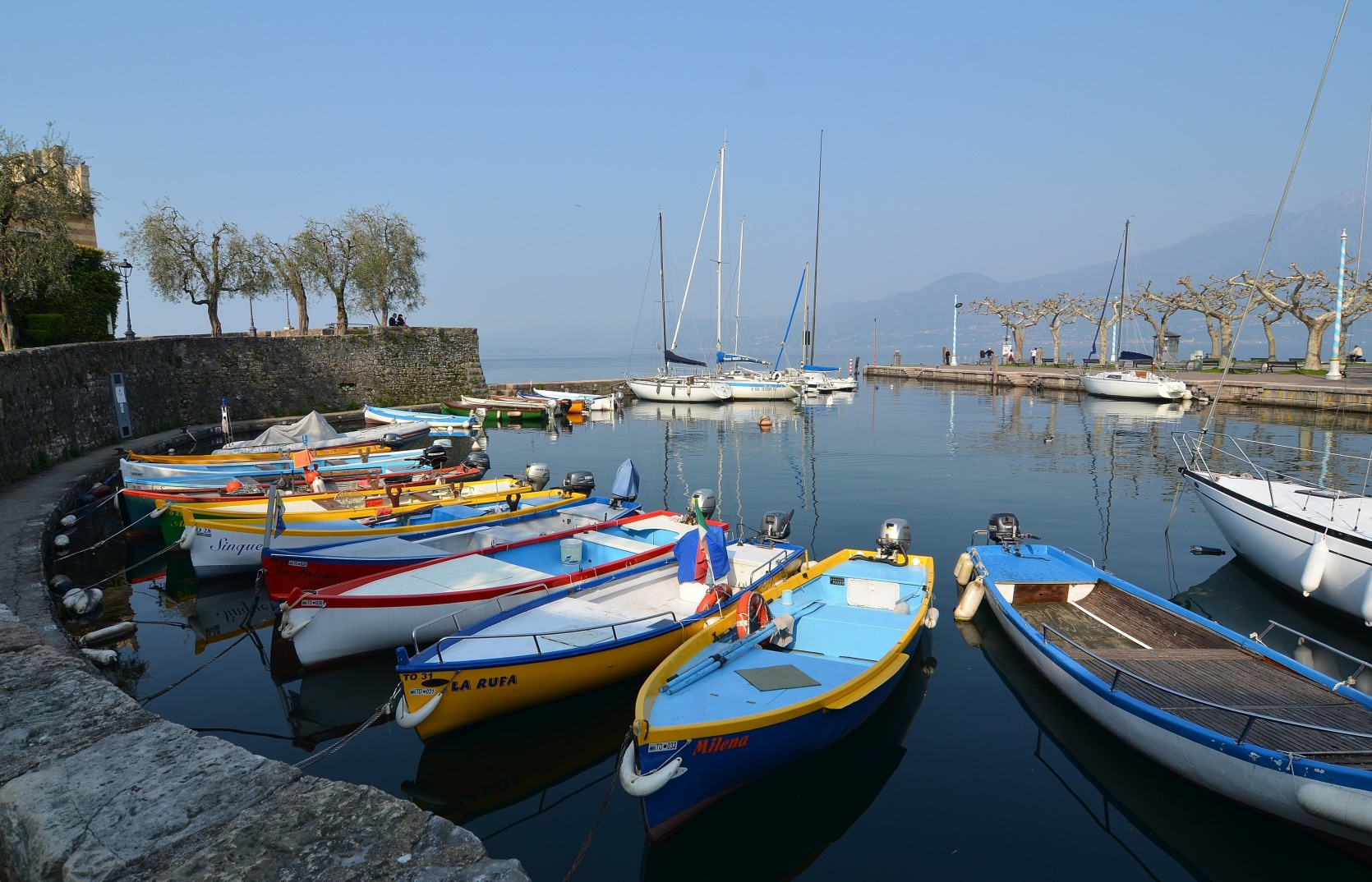 Bootspracht im Hafen von Torri