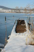Bootssteg am gefrorenen See