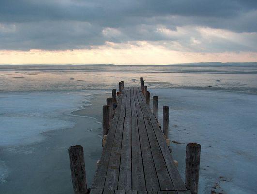 Bootssteg am zugefrorenen Neusiedler See