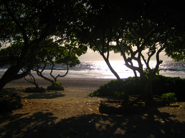 Bora Bora à l'horizon de Maupiti.