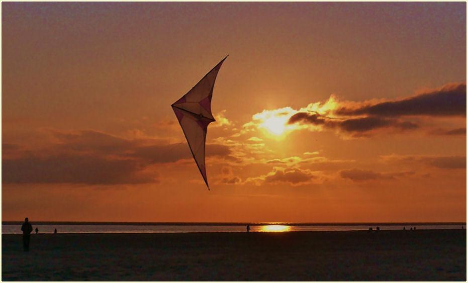 Borkum - Ein Drache im heutigen Abendlicht am Nordstrand