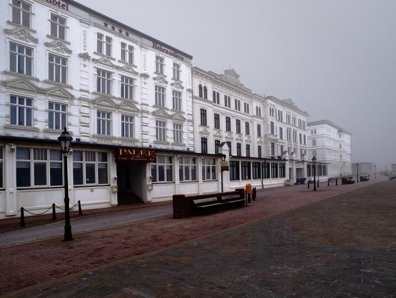 Borkum Strandpromenade im Nebel