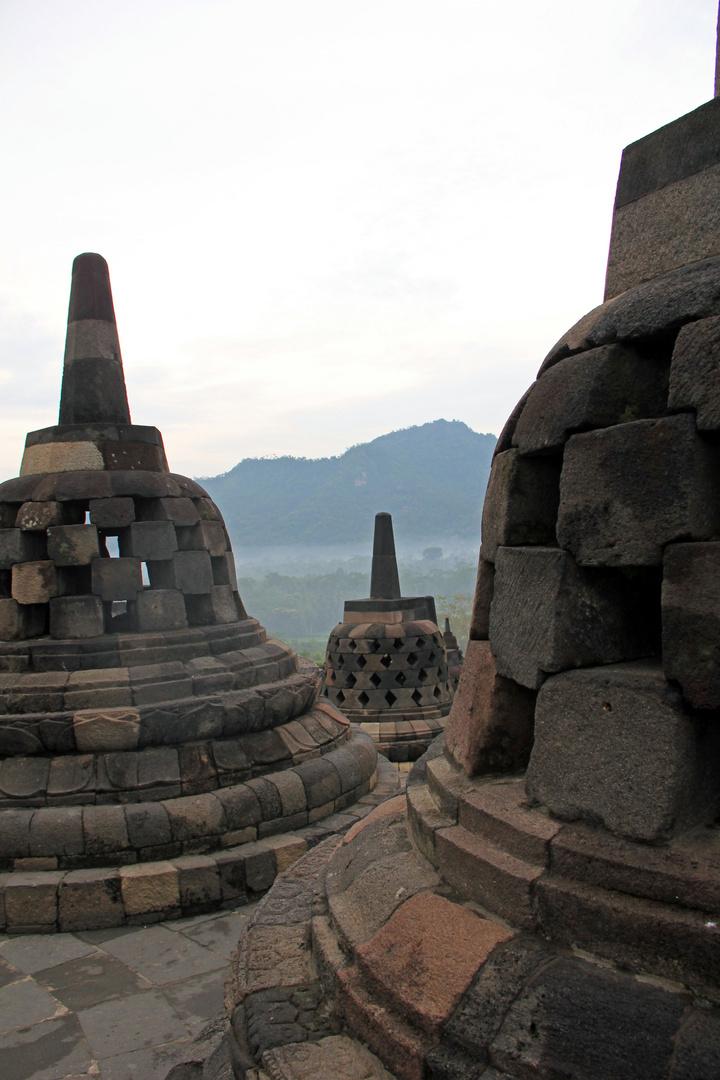 Borobudur - perforierte Stupas 1