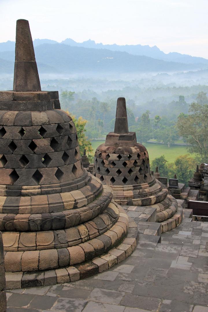 Borobudur - perforierte Stupas