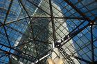 Boston-Hochhaus durch die Mall-Verglasung gesehen