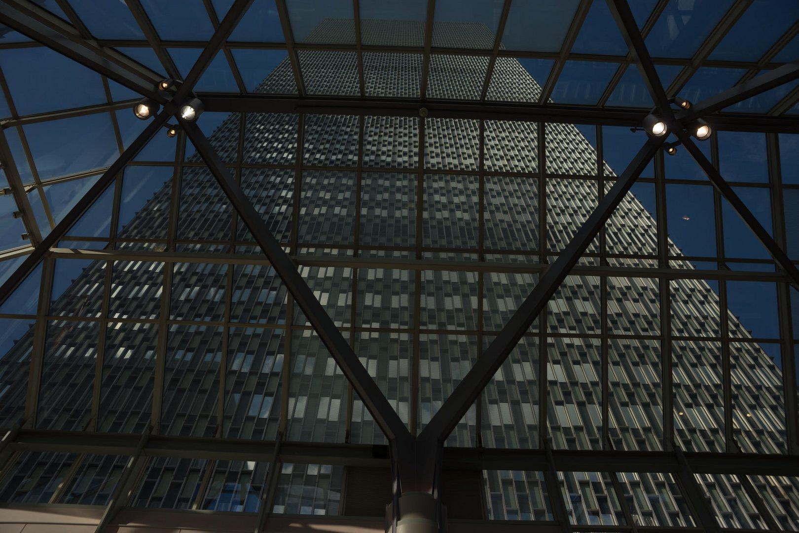 Boston-Hochhaus durch die Mall-Verglasung gesehen_1