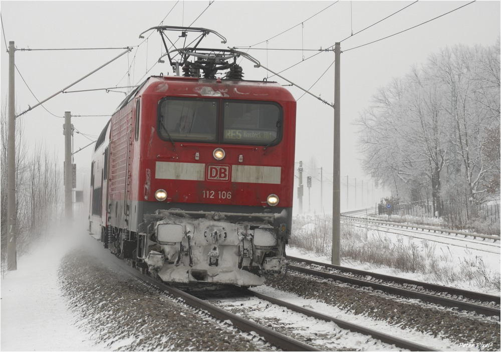 BR 112 fährt mit Doppelstockzug nach Rostock