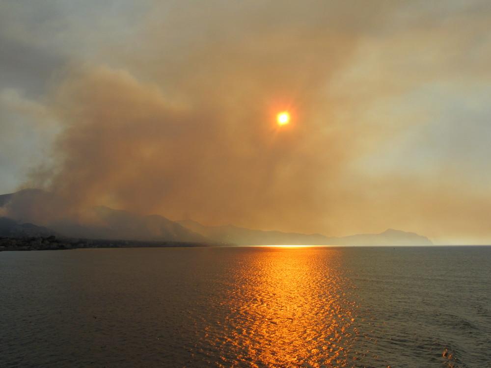 Brand in den Bergen von Genua
