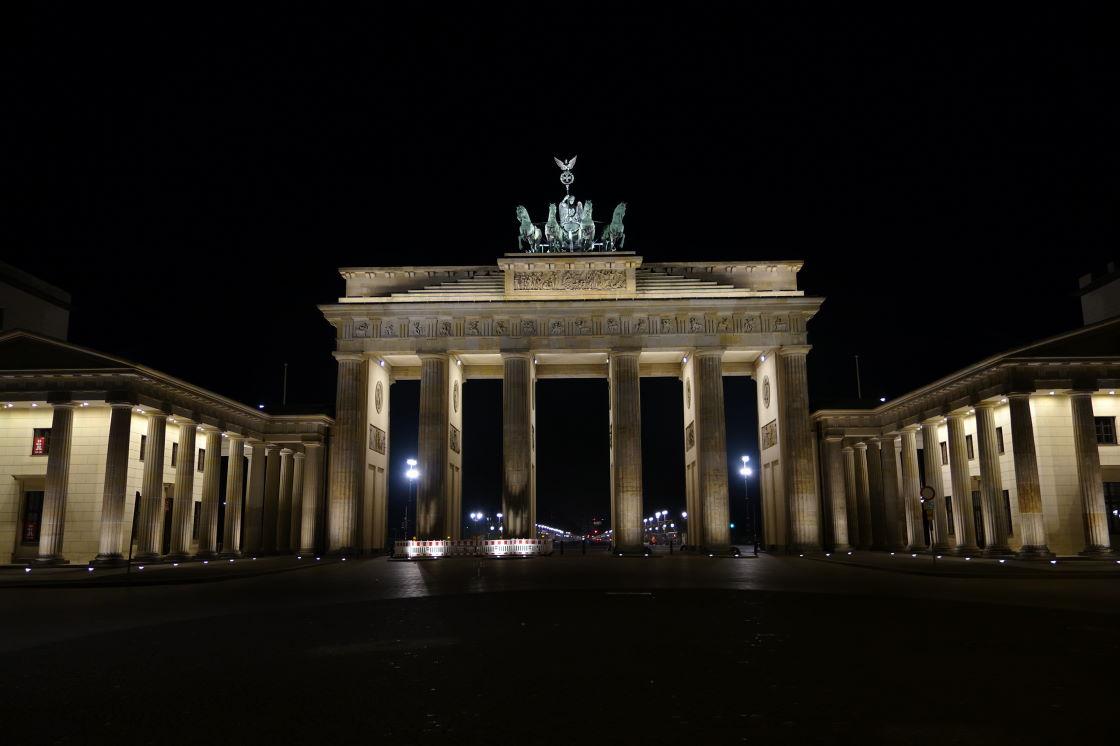 Brandenburger Tor bei Nacht.