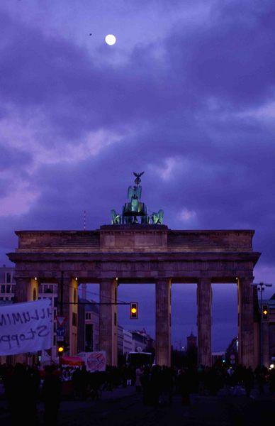 Brandenburger Tor Berlin nach der Antikriegsdemo am 15.02.2003