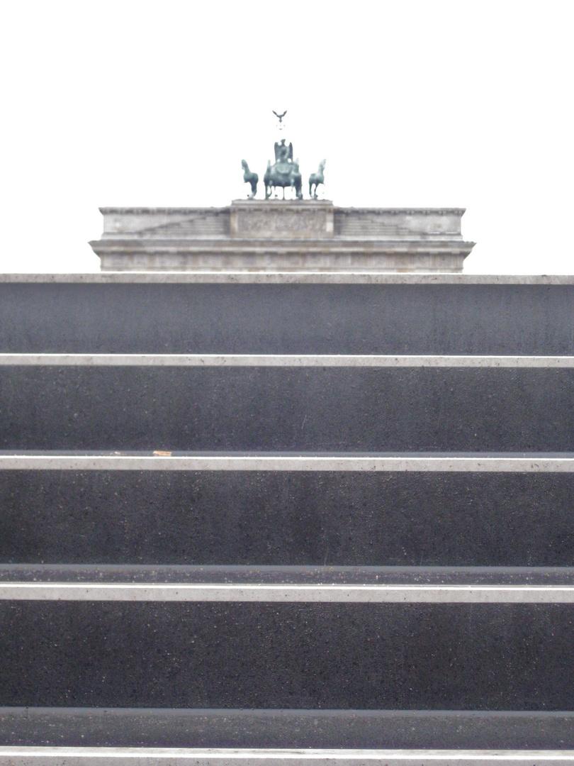 Brandenburger Tor im Regen aus der U-Bahn Perspektive
