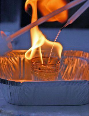 Brandschutzerziehung...kann man Benzin mit Wasser löschen
