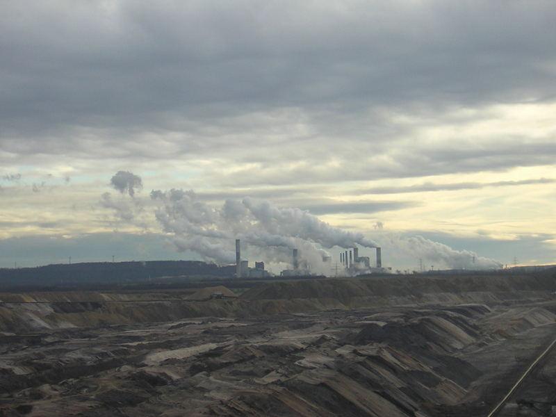 Braunkohle Tagebau mit Kraftwerk