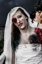 Braut beim Zombiewalk