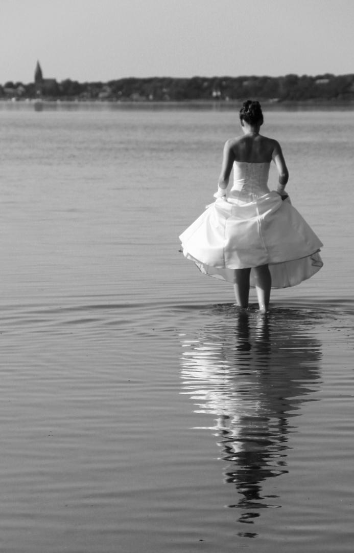 Braut geht übers Wasser