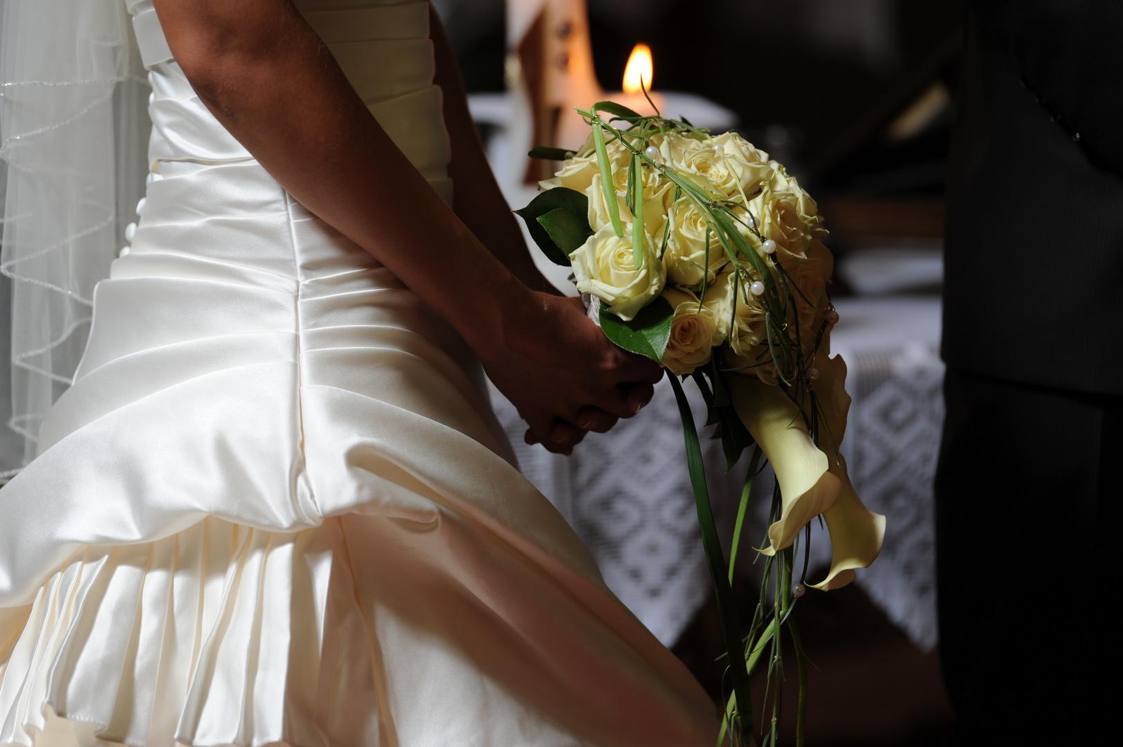 Braut mit Blumenstrauss Ausschnitt