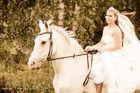 Braut mit weißem Pferd