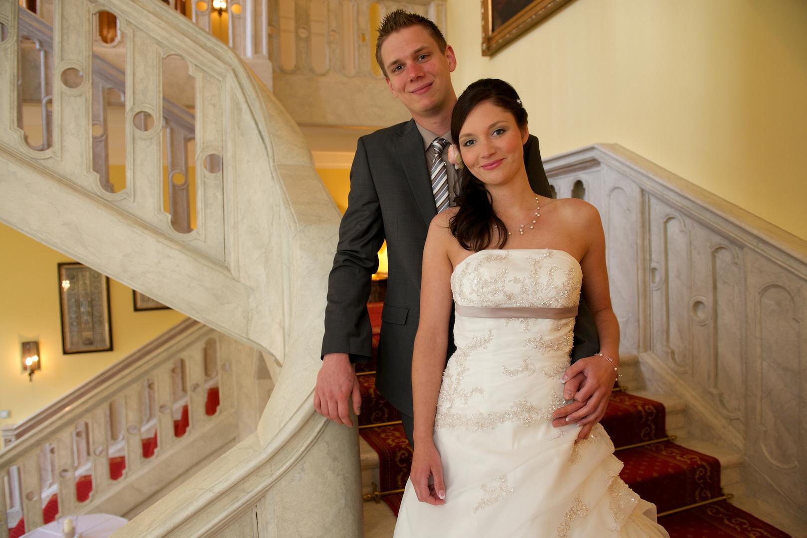 Brautpaar auf der Schloßtreppe